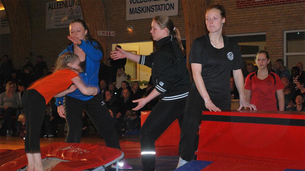 Sportstævne i Voldum-Hallen og Agnete er midt i et spring